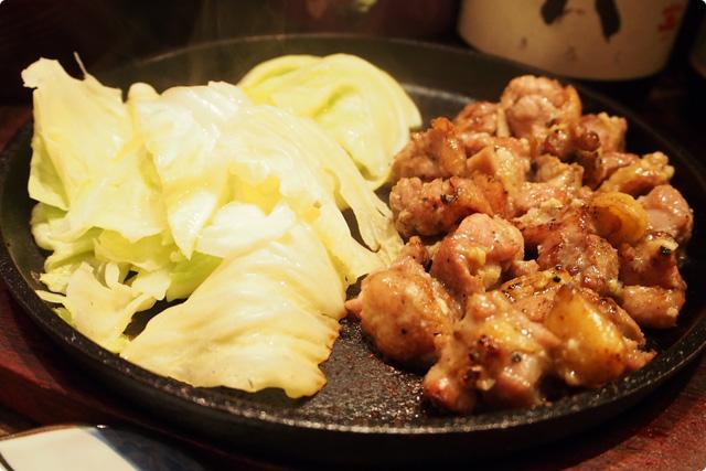 ▲実は裏メニュー!?地鶏のにんにくもも焼き。大量のにんにくで焼いた最高のもも肉!メニューにはもも焼きとあります!