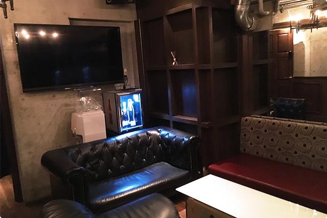 個室には高級感漂うソファ席。ムードたっぷりですね♪