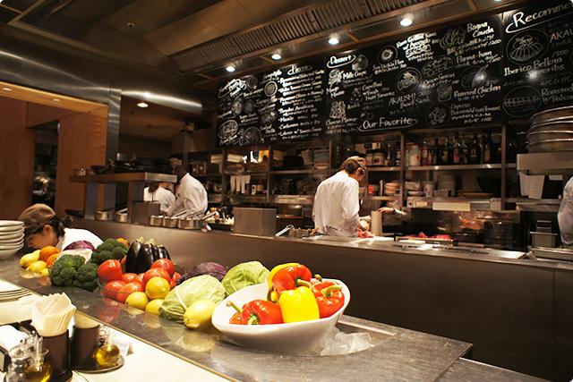 スタッフの方々が調理している姿を眺めながら料理を楽しめます。ライブ感があり素敵です♪