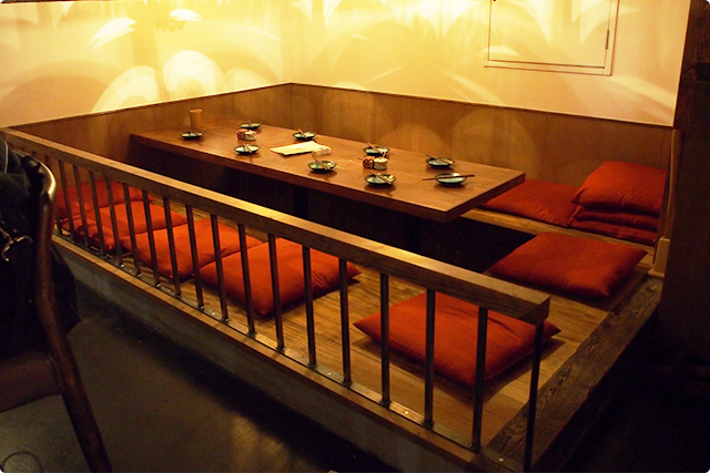 周りとは少し雰囲気が変わる大人数のテーブル席