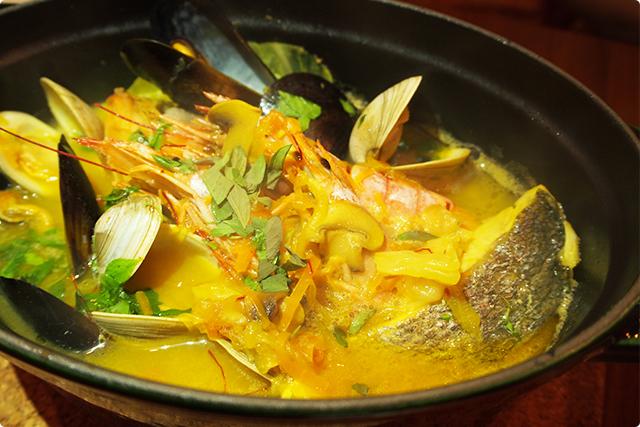 こちらがブイヤベース。魚介の出汁がにじむ濃厚スープが美味すぎる!