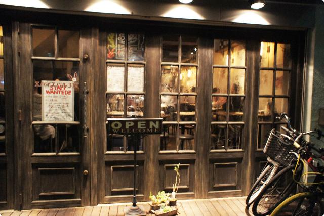 入口からもうオシャレ。古木っぽいヴィンテージ感のあるドアが素敵です。