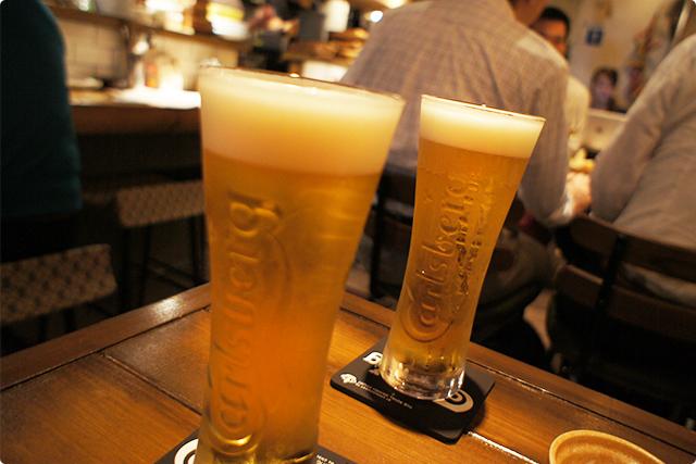 最初はもちろん、大好きなビールを。カールスバーグです。