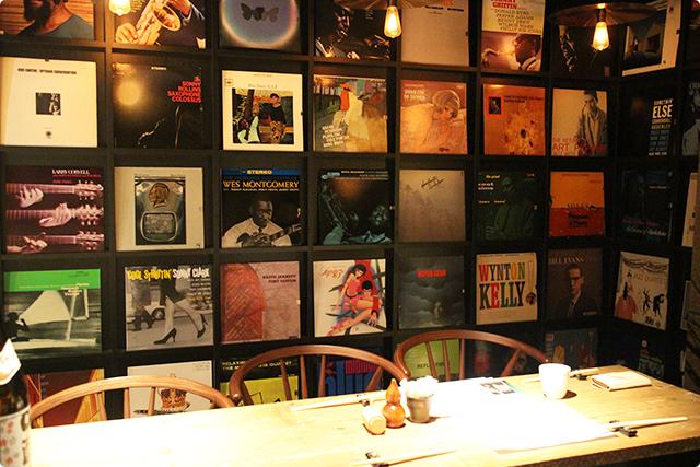 レコードがたくさん並べてある、こちらの席に通していただきました。