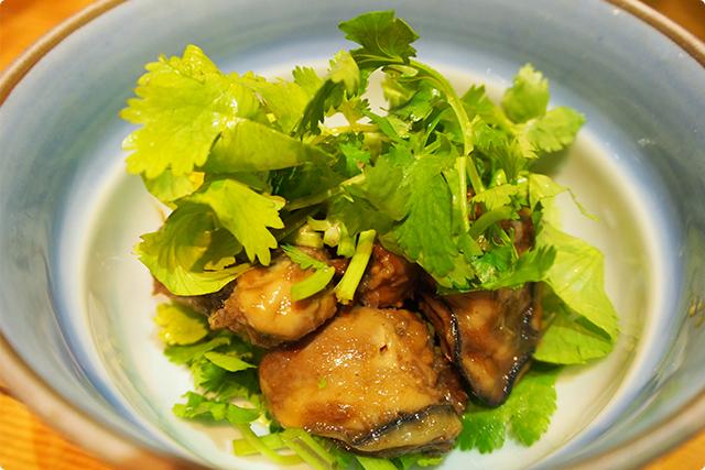 しっかり味のついた牡蠣にパクチーが美味しい!