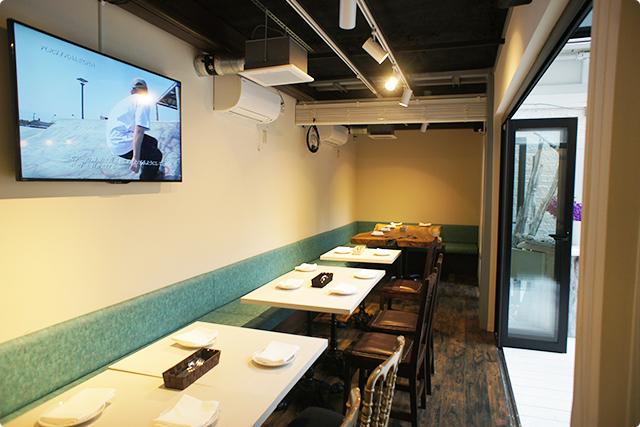 壁掛けのディスプレイにはサーフィンやスケートボードの映像。