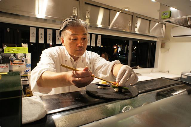 カウンターの中では大将がお寿司を握っていました。