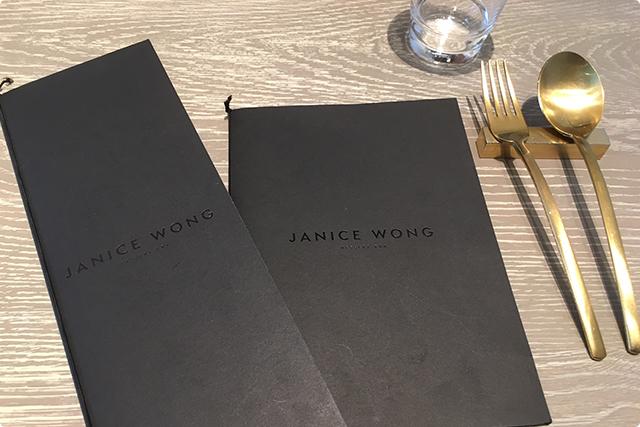 黒とゴールドのテーブルセットはスタイリッシュ
