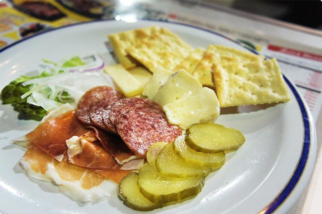 『プロシュートとサラミ 2種類のチーズ盛り合わせ』