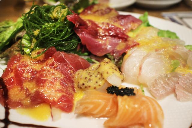 お次はお店自慢の『名物!鮮魚のカルパッチョ』マグロ、ホタテ、えんがわ、タイ、かつお、そしてそしてサーモンキャビアのせ!