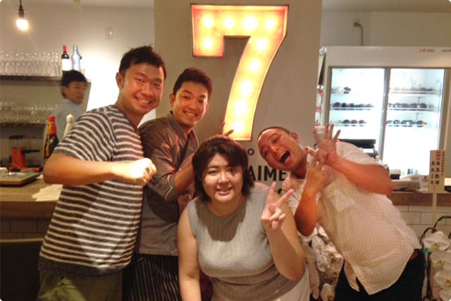 (左から)ボス、料理長の藤井都士規さん、オーナー森さん、海老蔵