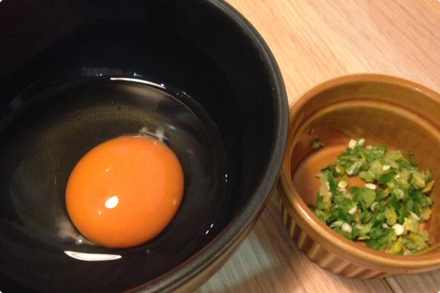 特選の夕焼け卵と薬味と共に味わいます!