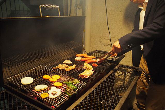 結構大きなバーベキューグリルに肉、野菜、魚介を大胆に焼きまくり!