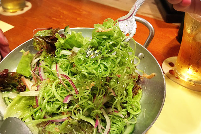 クルクルしたこれは空芯菜のサラダ。