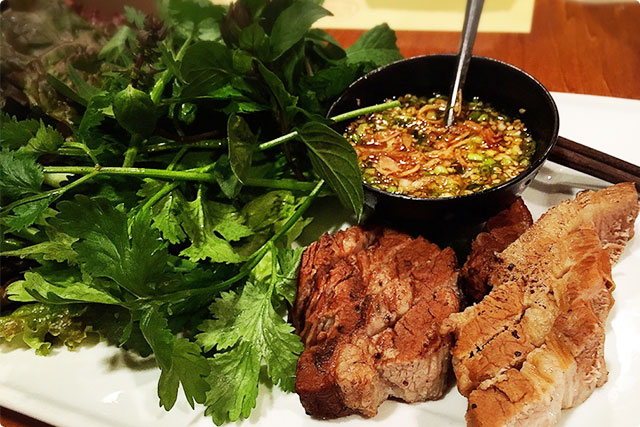 『茹で豚のベトナムスタイル』にも、盛りだくさんのハーブや野菜。