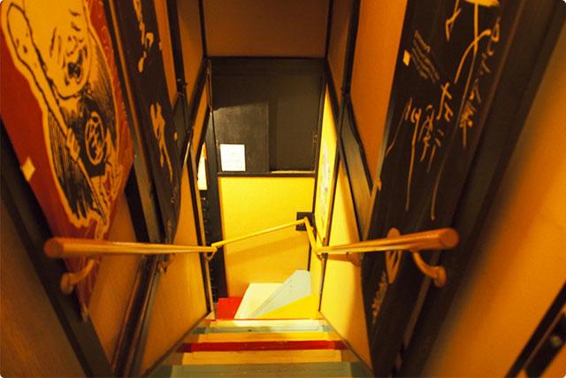 こちらの階段を2階へ登ったら