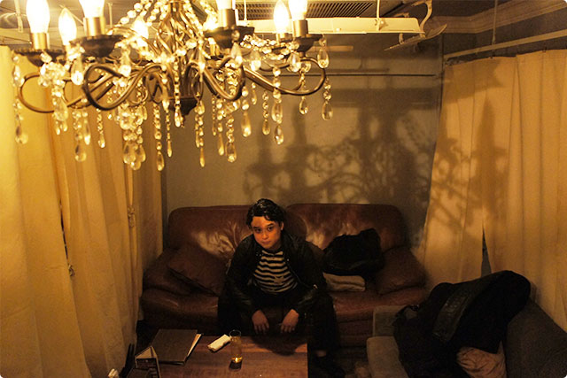 店内にはオシャレなシャンデリア。暖かみのある光が落ち着いた空間を演出しています。