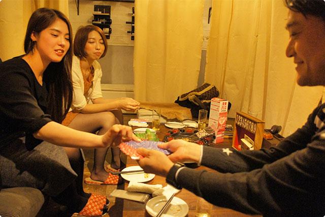 のんさまがカードのグッズを取り出し、ニヤニヤしながら女性陣にカードを引かせています。