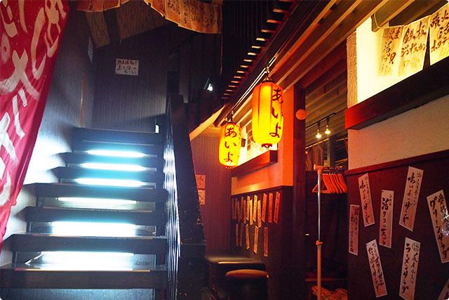 赤ちょうちんとロフトへ続く階段が、いい雰囲気だね