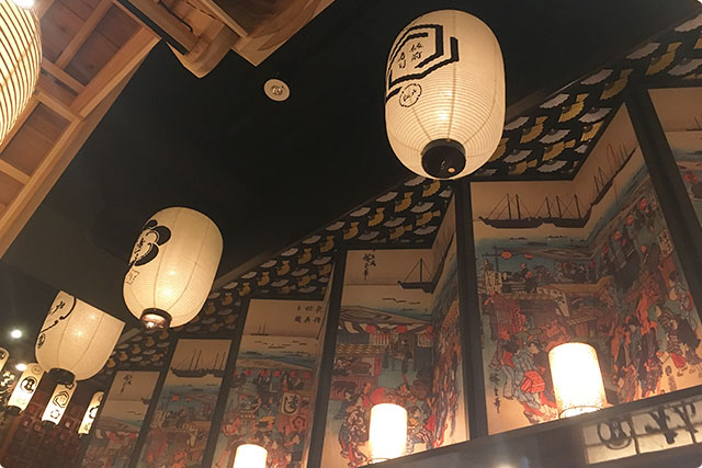 カウンターの上にも濃いめの日本が演出されてます。