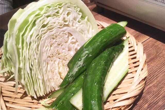 まずはお通し『生野菜(きゅうり、キャベツ)』